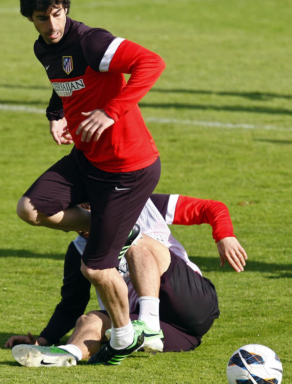Tiago se lleva un balón durante un entrenamiento del equipo en Majadahonda
