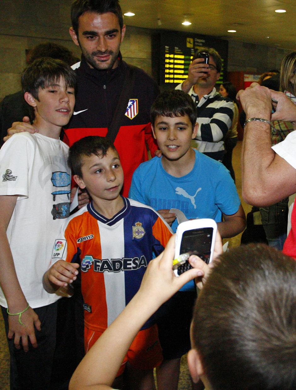 Adrián posa con unos aficionados a la llegada a La Coruña
