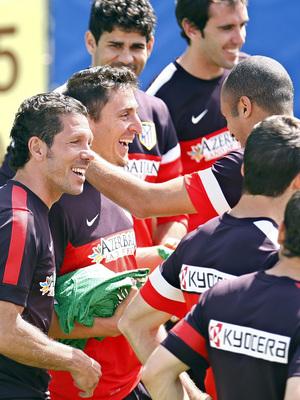 Temporada 2012-2013. Buen ambiente en la sesión. Simeone y Cristian Rodríguez en primer término