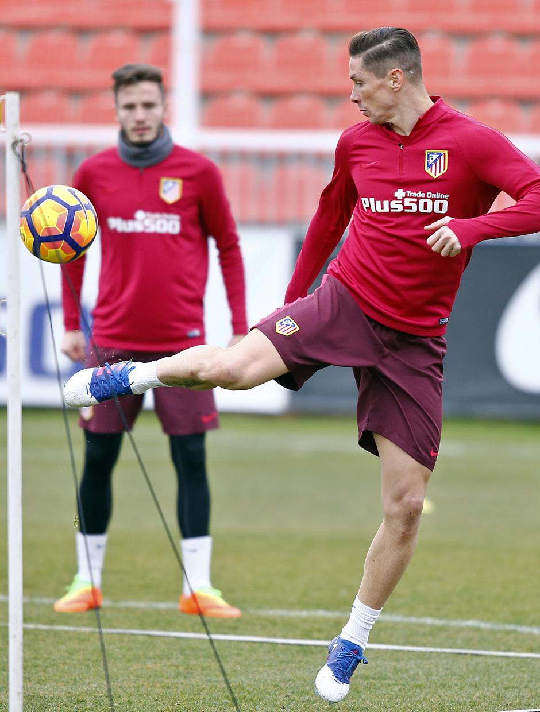 temporada 16/17. Entrenamiento en la ciudad deportiva Wanda.  Torres controlando un balón durante el entrenamiento