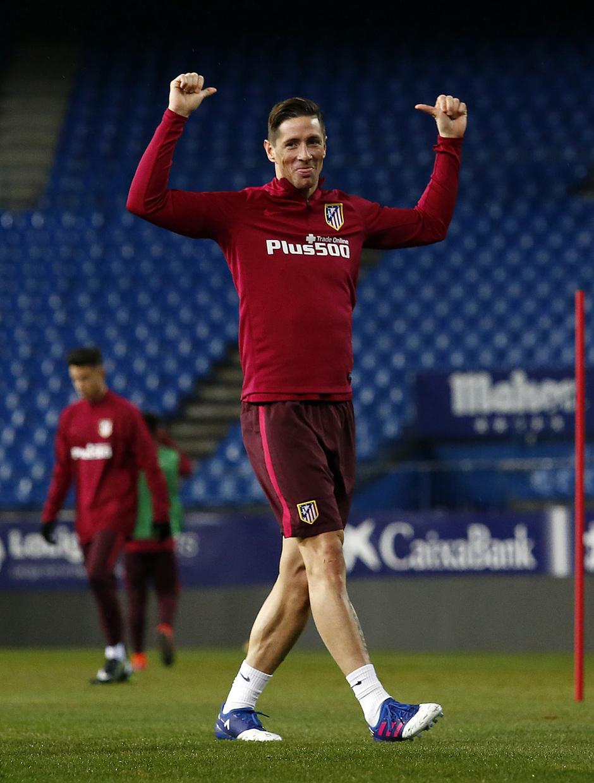 temporada 16/17. Entrenamiento en el estadio Vicente Calderón.Torres bromeando durante el entrenamiento
