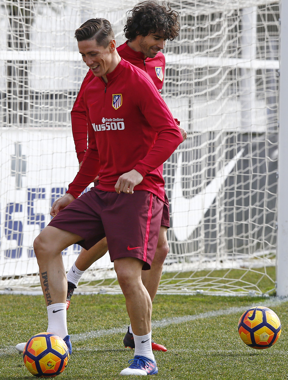 temporada 16/17. Entrenamiento en la ciudad deportiva Wanda.  Torres y Tiago realizando ejercicios con balón durante el entrenamiento