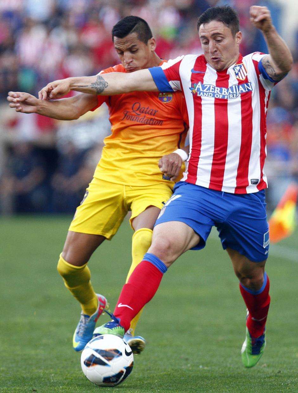 Temporada 12/13. Partido Atlético de Madrid - Barcelona. Cebolla luchando un balón