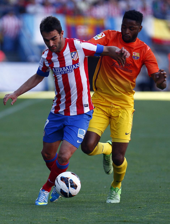 Temporada 12/13. Partido Atlético de Madrid - Barcelona. Adrián se lleva el balón