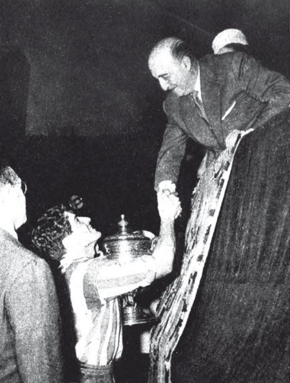 TEMPORADA 1959/1960. Collar recibe la Copa de manos de Francisco Franco