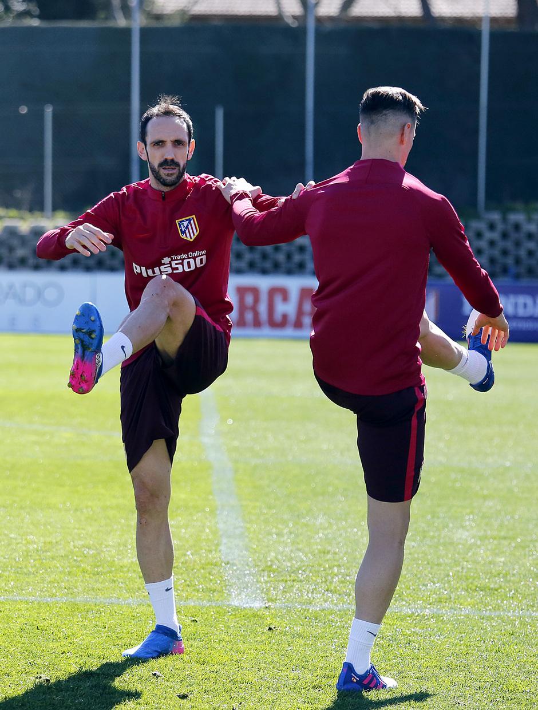 temporada 16/17. Entrenamiento en la ciudad deportiva Wanda.  Juanfran y Torres estirando durante el entrenamiento