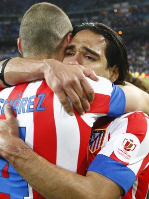 Temporada 12/13. Final Copa del Rey 2012-13. Real Madrid - Atlético de Madrid. Falcao llora abrazado a Mario Suárez