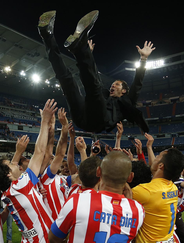 Temporada 12/13. Final Copa del Rey 2012-13. Real Madrid - Atlético de Madrid. Diego Pablo Simeone es manteado por los jugadores