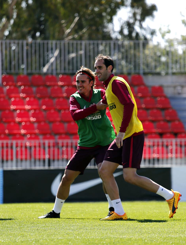 Temporada 16/17. Entrenamiento Ciudad deportiva Wanda.  Griezmann y Godín durante el entrenamiento.