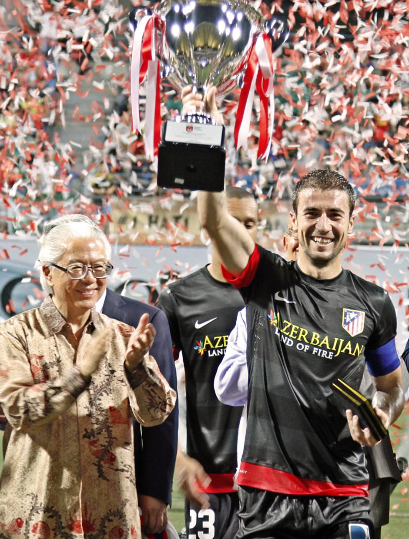 Viaje a Singapur. Gabi recibe la copa de campeón.