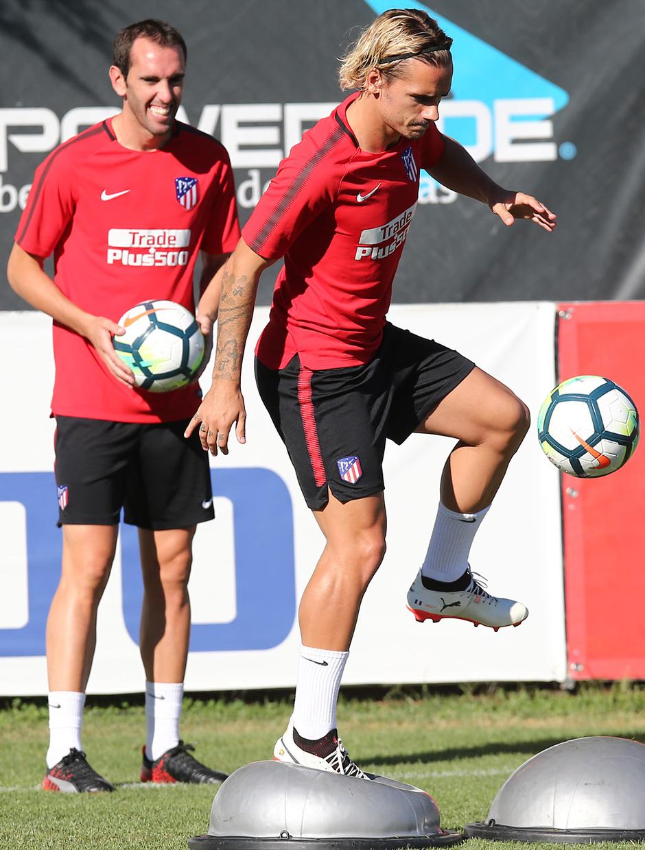 temporada 17/18. Entrenamiento en la ciudad deportiva Wanda.  Griezmann realizando ejercicios con balón durante el entrenamiento