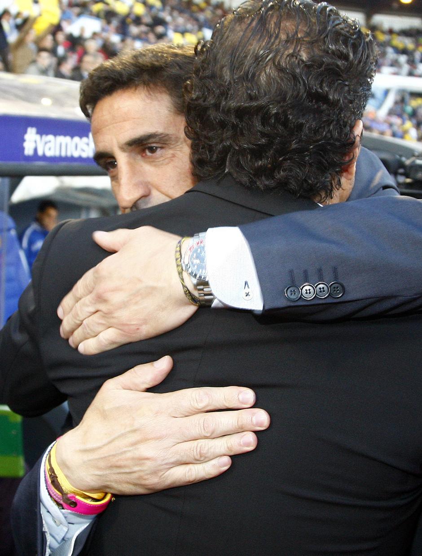 Temporada 12/13. Real Zaragoza - Atlético de Madrid. Simeone se abraza a Manolo Jiménez antes del inicio del partido.