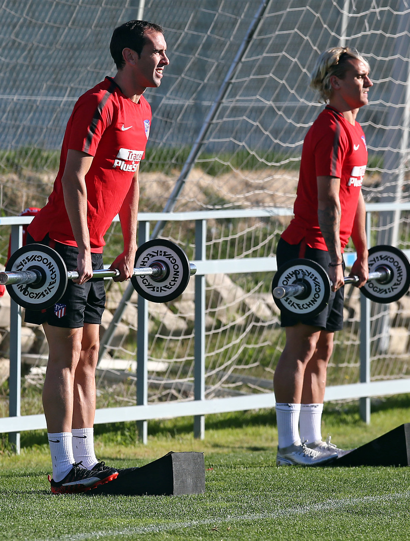 temporada 17/18. Entrenamiento en la ciudad deportiva Wanda.  Godín y Griezmann realizando ejercicios físicos durante el entrenamiento