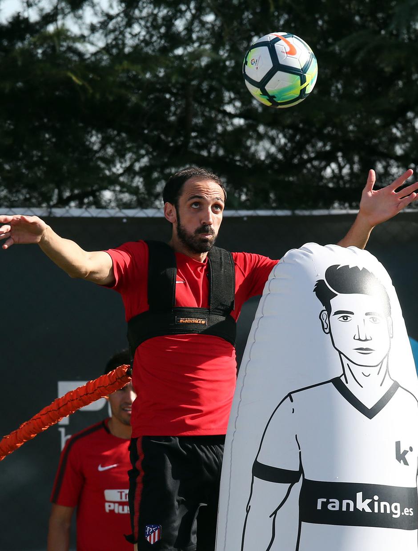 temporada 17/18. Entrenamiento en la ciudad deportiva Wanda. Juanfran realizando ejercicios con balón durante el entrenamiento