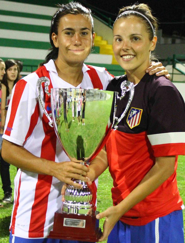 Temporada 2012-2013. Marieta y Claudia posan con la Copa del Torneo de Pozoblanco