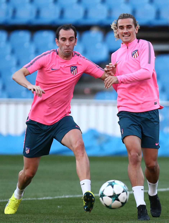 Temporada 17/18. Entrenamiento en el estadio Vicente Calderón. Godín y Griezmann luchando un balón durante el entrenamiento