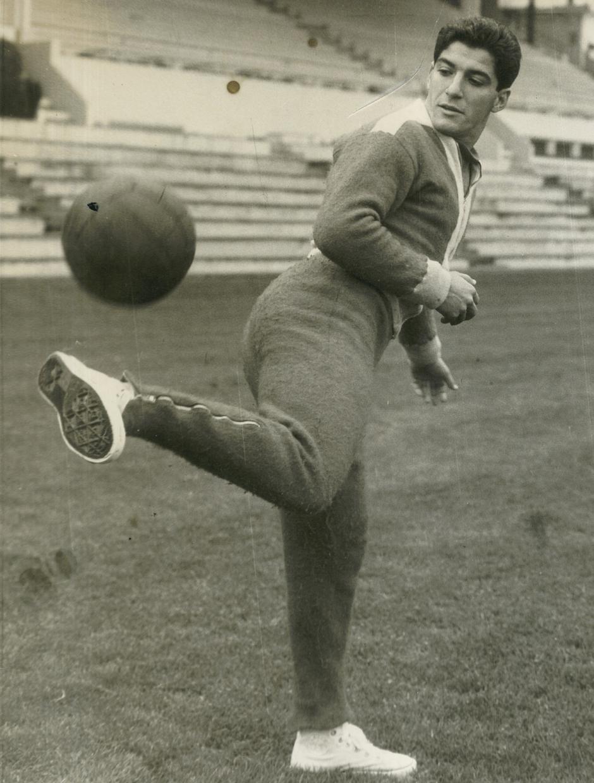 Collar toca el balón en un entrenamiento realizado en el Estadio Metropolitano