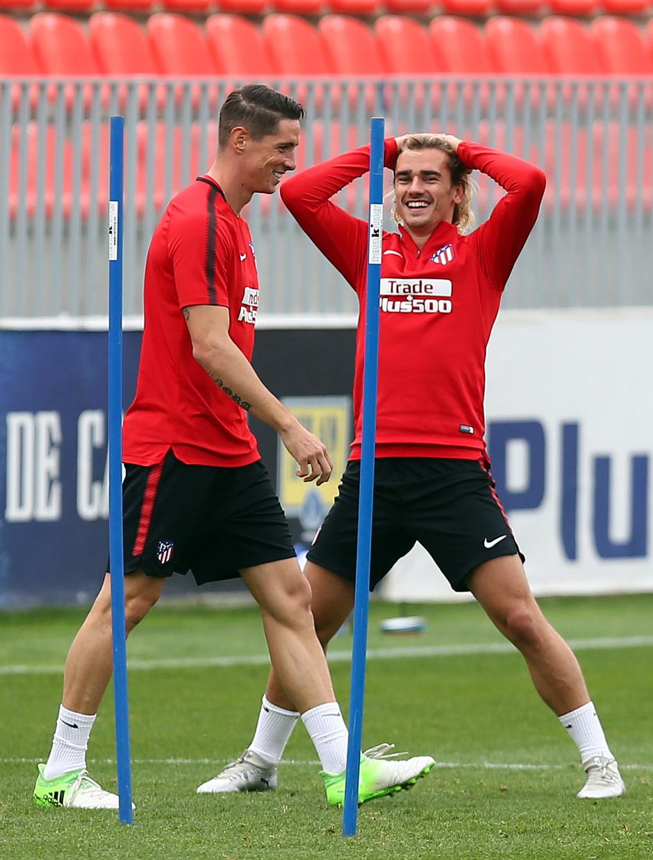 temporada 17/18. Entrenamiento en la ciudad deportiva Wanda. Griezmann y Torres durante el entrenamiento