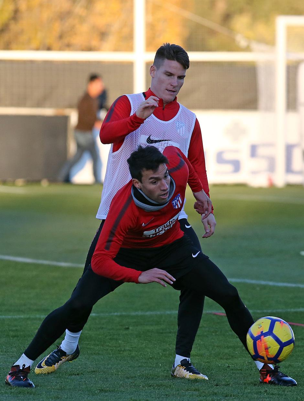 temporada 17/18. Entrenamiento en la ciudad deportiva Wanda. Gaitán y Gameiro realizando ejercicios con balón durante el entrenamiento