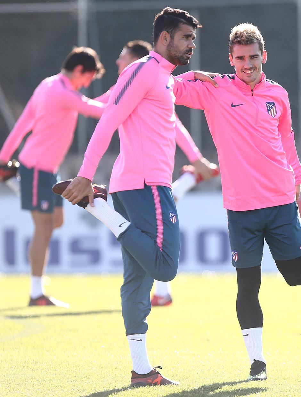 temporada 17/18. Entrenamiento en la ciudad deportiva Wanda previa Champions Roma. Griezmann y Costa durante el entrenamiento