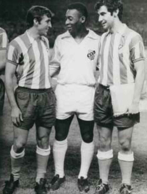 Ufarte charla con uno de los mejores jugadores del mundo, Pelé, en presencia de Gárate, en un amistoso disputado por el Santos en el Calderón