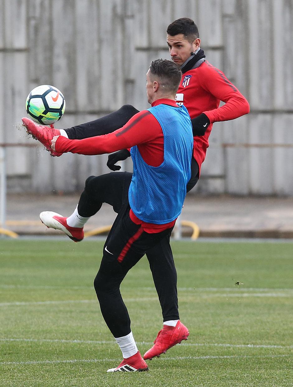 temporada 17/18. Entrenamiento en la ciudad deportiva Wanda. Vitolo y Torres durante el entrenamiento