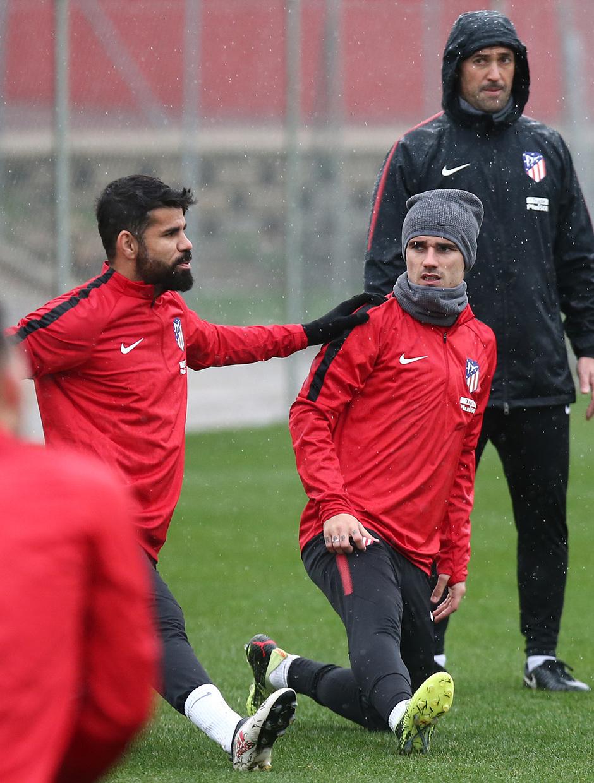temporada 17/18. Entrenamiento en la ciudad deportiva Wanda.Griezmann y  Costa durante el entrenamiento