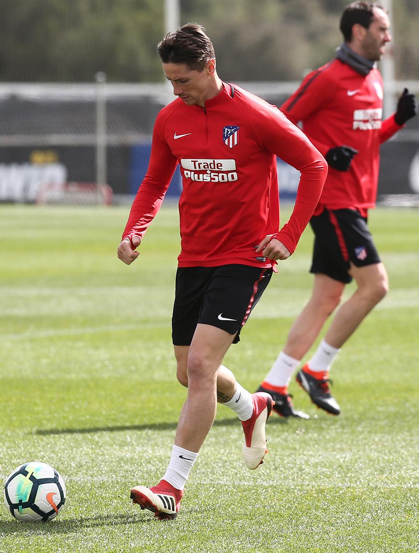 temporada 17/18. Entrenamiento en la ciudad deportiva Wanda. Torres durante el partido