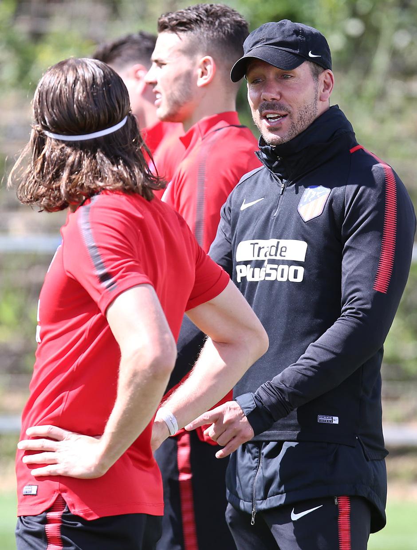 temporada 17/18. Entrenamiento en la ciudad deportiva Wanda. Simeone y Filipe durante el entrenamiento