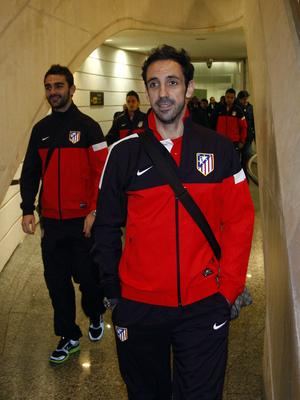 Juanfran y Adrián andando en el aeropuerto de Bilbao