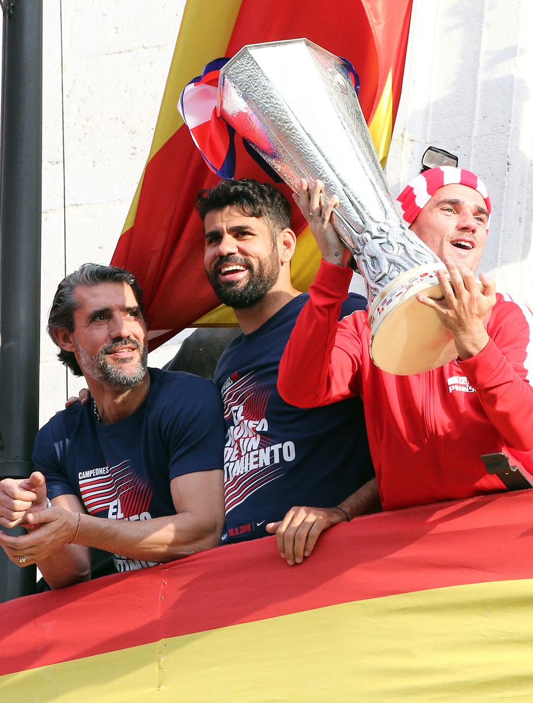 Temp 17/18 | Atlético de Madrid y Atlético de Madrid Femenino | 18-05-18 | Caminero, Costa y Griezmann con el título Copa