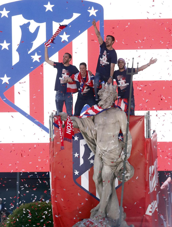 Temp 17/18 | Atlético de Madrid y Atlético de Madrid Femenino | 18-05-18 | Neptuno con Godín, Torres, Gabi y Koke