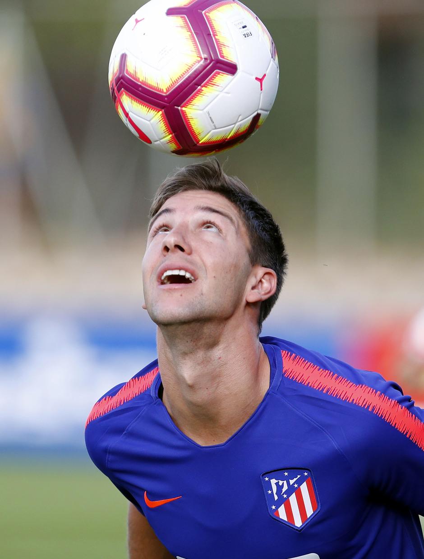 Temporada 18/19. Entrenamiento en la ciudad deportiva Wanda Atlético de Madrid. 13_07_2018. Vietto dando de cabeza.