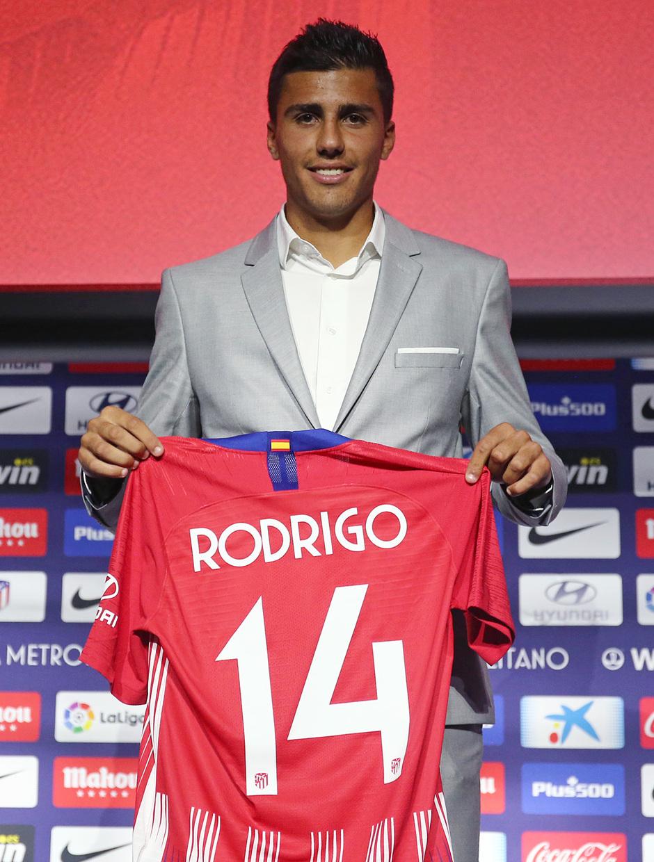 Temp. 18-19 | Presentación de Rodrigo Hernández en el Auditorio del Wanda Metropolitano | Posando con la camiseta del 14