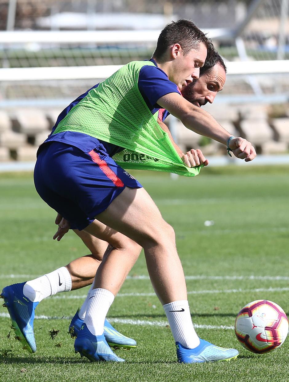 temporada 18/19. Entrenamiento en la ciudad deportiva Wanda. Juanfran y Borja luchando un balón durante el entrenamiento