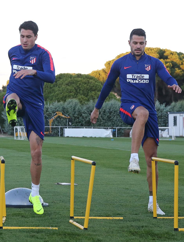 temporada 18/19. Entrenamiento en la ciudad deportiva Wanda. Giménez y Vitolo corriendo durante el entrenamiento