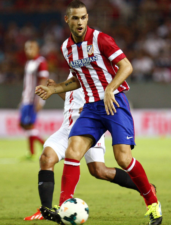 Temporada 13/14 Sevilla-Atlético de Madrid Mario Suárez dando un pase