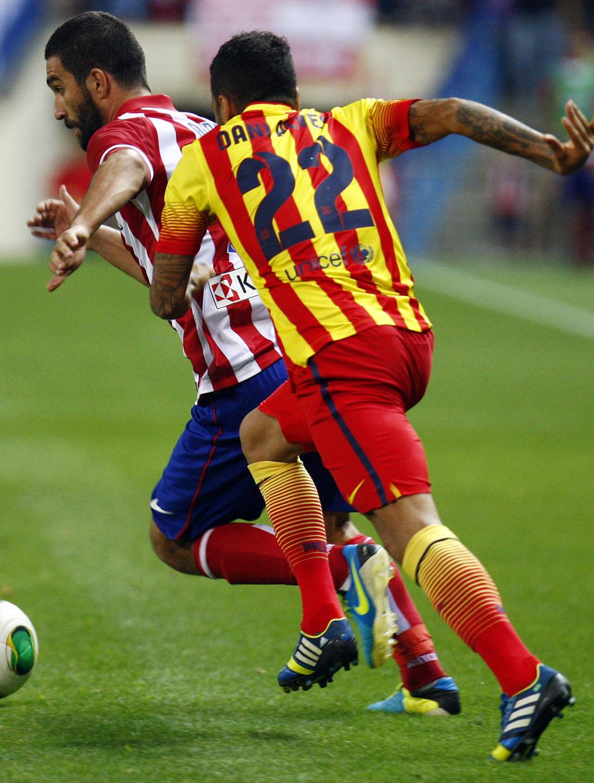 Temporada 13/14. Partido Supercopa. Vicente Calderón. Arda regateando a un rival