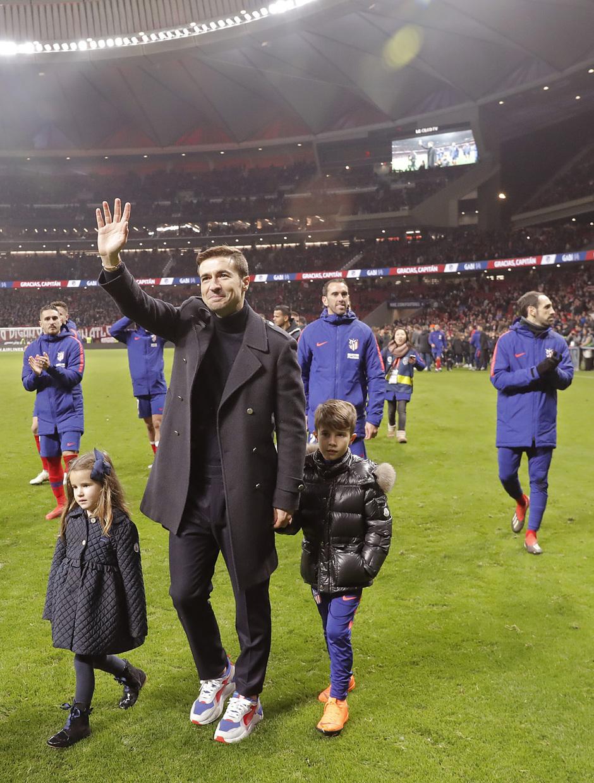 Gabi saluda a la afición junto a sus hijos en la vuelta de honor al Wanda Metropolitano