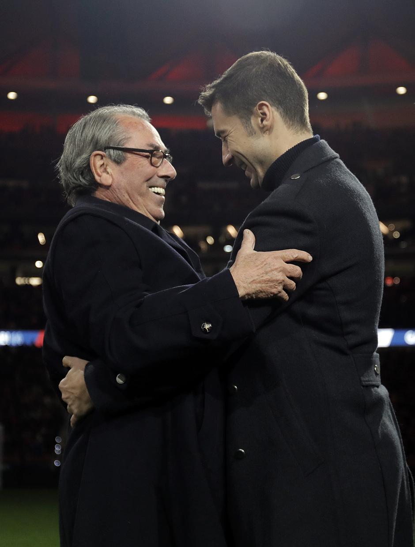 Gabi se funde en un abrazo con otro capitán histórico, Adelardo
