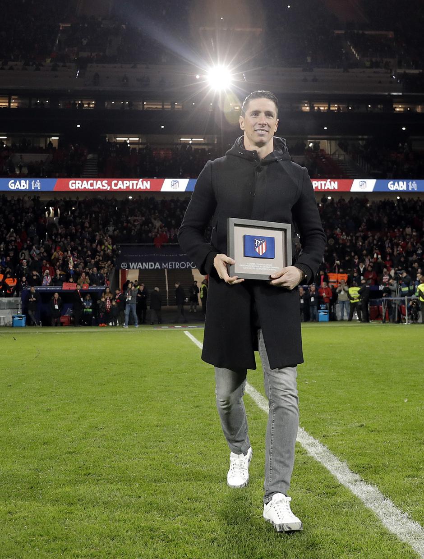 Fernando Torres portaba un brazalete de capitán que entregó a Gabi