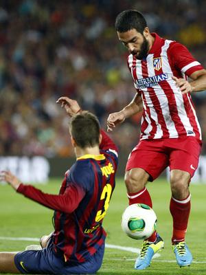 Temporada 2013/2014 FC Barcelona - Atlético de Madrid Arda Turan controlando la pelota