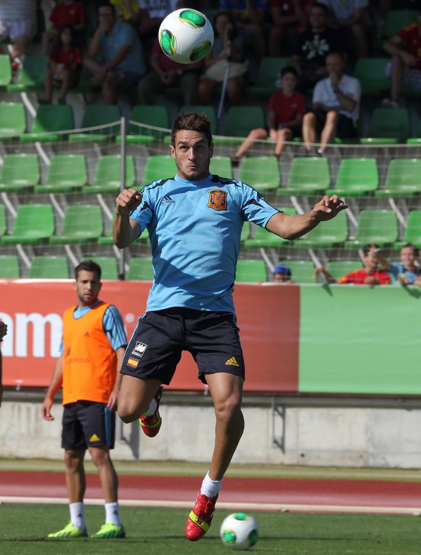 Koke cabecea un balón en el entrenamiento de la selección el miércoles 4 de septiembre en La Ciudad del Fútbol