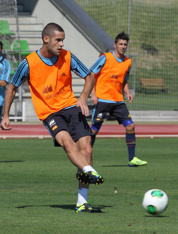 Mario Suárez toca el balón en el entrenamiento de la selección absoluta celebrado el miércoles 4 de septiembre en La Ciudad del Fútbol de Las Rozas