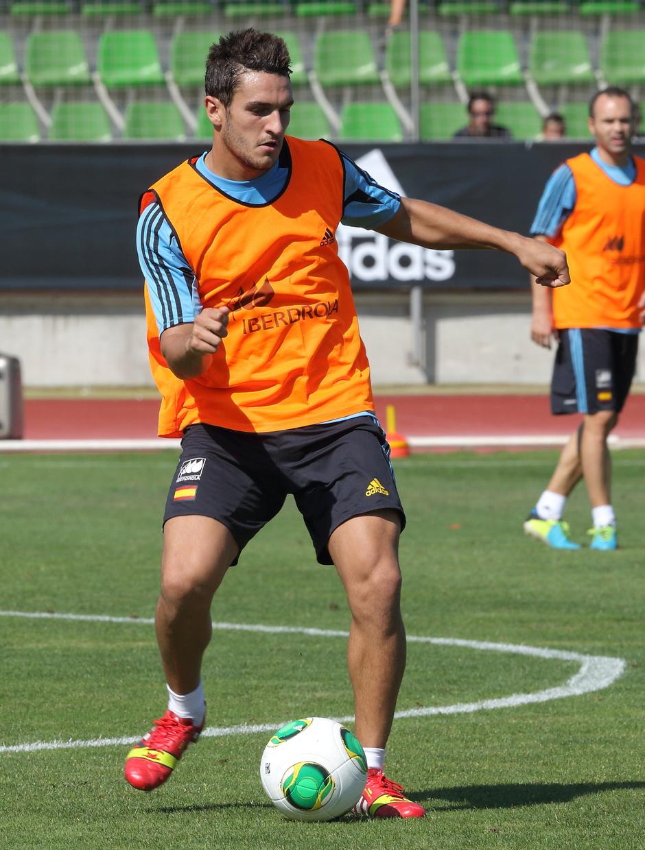 Koke realiza un pase en el entrenamiento con la selección absoluta el miércoles 4 de septiembre en La Ciudad del Fútbol