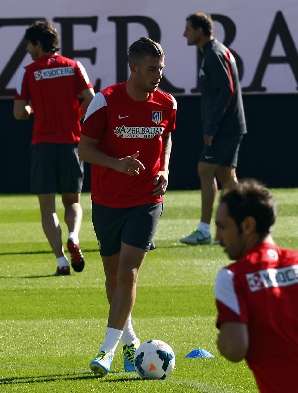 Temporada 13/14. Entrenamiento. Equipo entrenando en el Estadio Vicente Calderon, Toby con el balón
