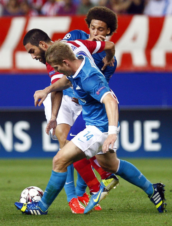 Temporada 2013/2014 Atlético de Madrid - Zenit Arda Turan escapándose de dos jugadores del Zenit