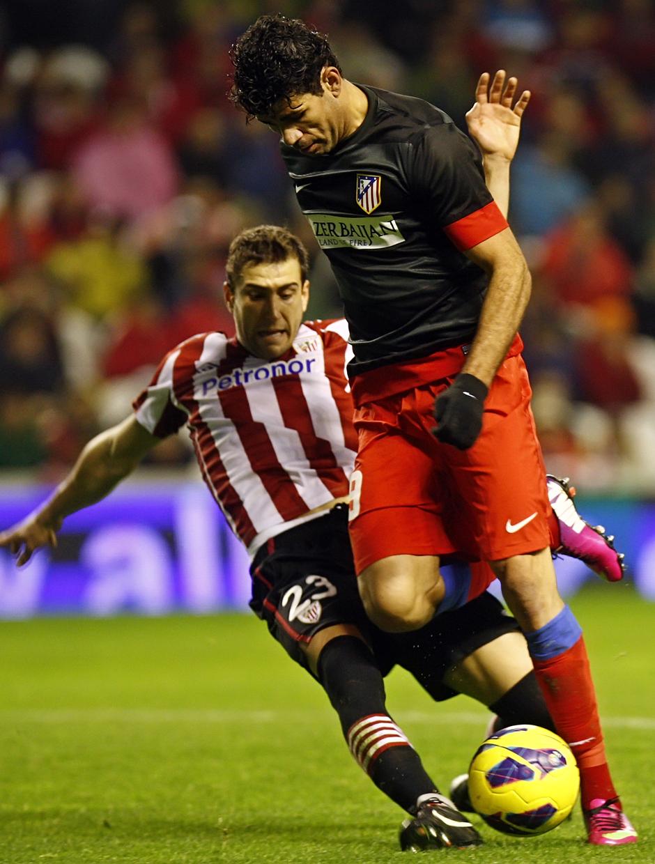 Diego Costa encarando portería