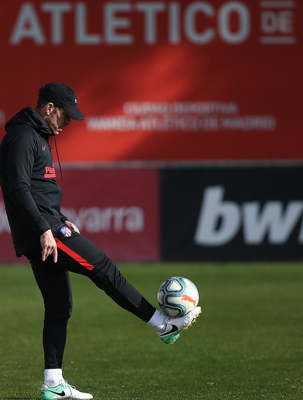 Temporada 19/20. Entrenamiento en la ciudad deportiva Wanda. Simeone realizando ejercicios durante el entrenamiento