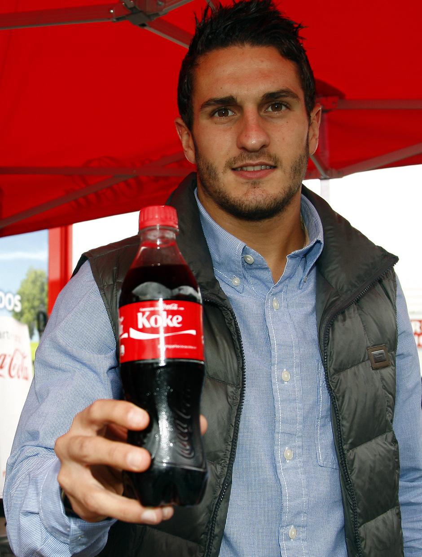 Temporada 13/14. Acto Cocacola. Koke posando con su botella